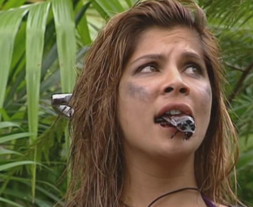Indira Weis mit einer riesen Kakerlake im Mund
