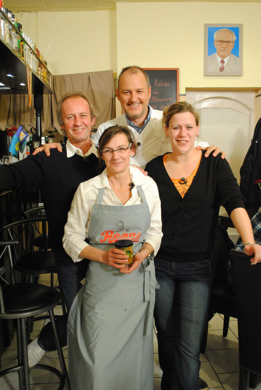 Gerd (l.), Tina (vorne M.) und Nadine (r.) hoffen auf die Hilfe von Sternekoch Frank Rosin (hinten M.)