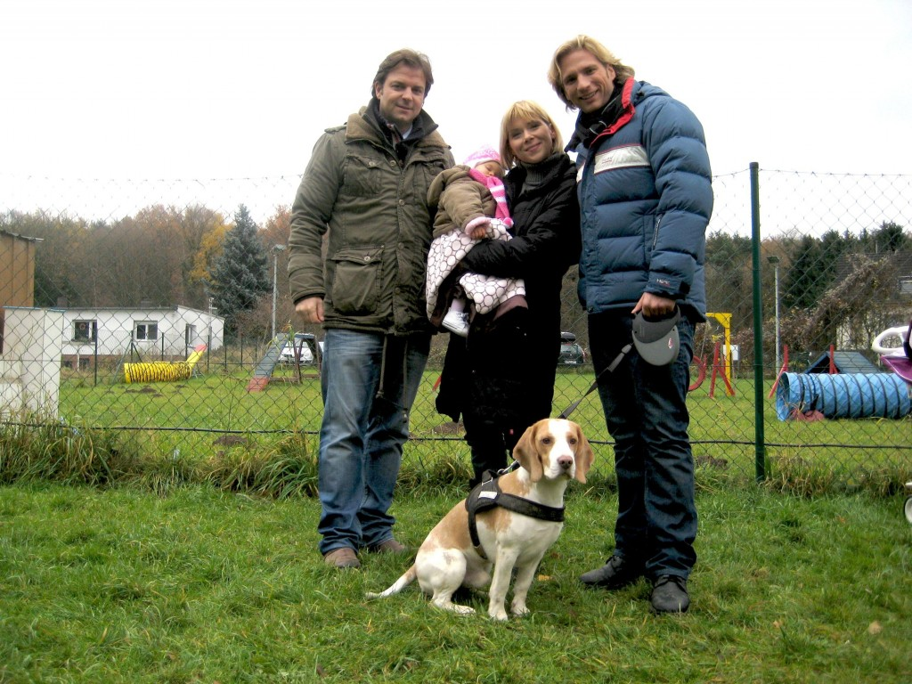 "Martin Rütter, Tatjana Szewczenko mit ihrem Sohn Jona, Norman Jeschke und Beagle-Rüde ""Lio""."