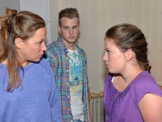 Mieze (Franziska van der Heide, l.), Jonas (Felix van Deventer) und Lisa (Mascha Gebhardt)