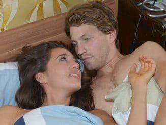 Elena (Elena Garcia Gerlach) und Dominik (Raul Richter) verbringen einen romantischen Abend im Bett - und vergessen darüber die Pfanne auf dem Herd...