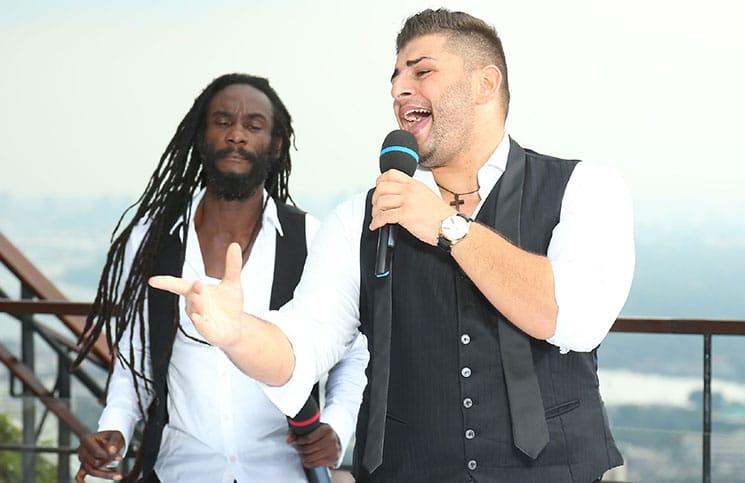 """Fitzroy Maxwell (l.) und Severino Seeger performen auf der Rooftop-Bar """"Vertigo"""" in Bangkok"""