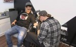 Marlon Bertzbach lässt sich ein Tattoo stechen