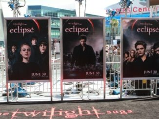 excited-fans-await-the-arrival-the-stars-the-twilight-saga-eclipse-the-los-angeles-premiere