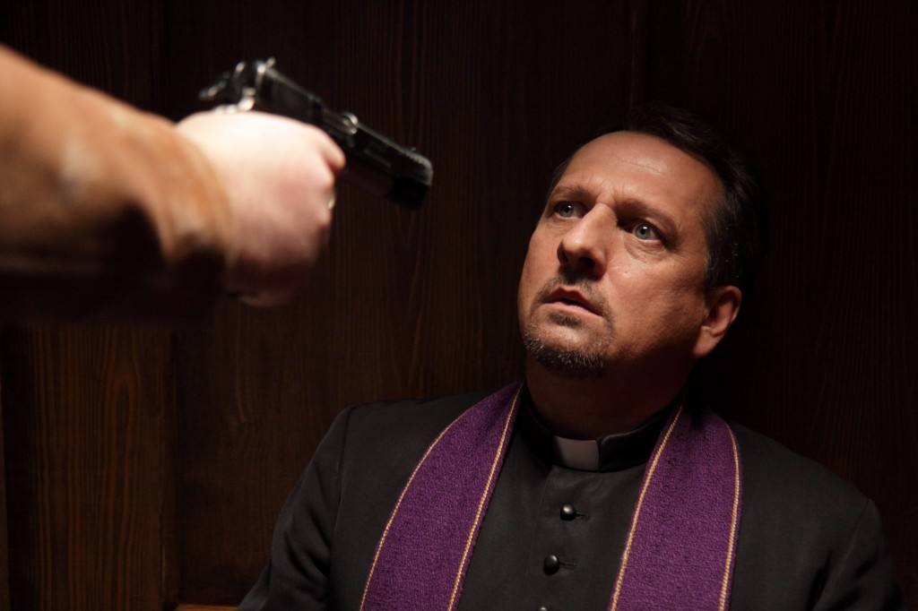 Brumme ist auf der Suche nach Pinky und befragt den Pater (Thomas Kügel).