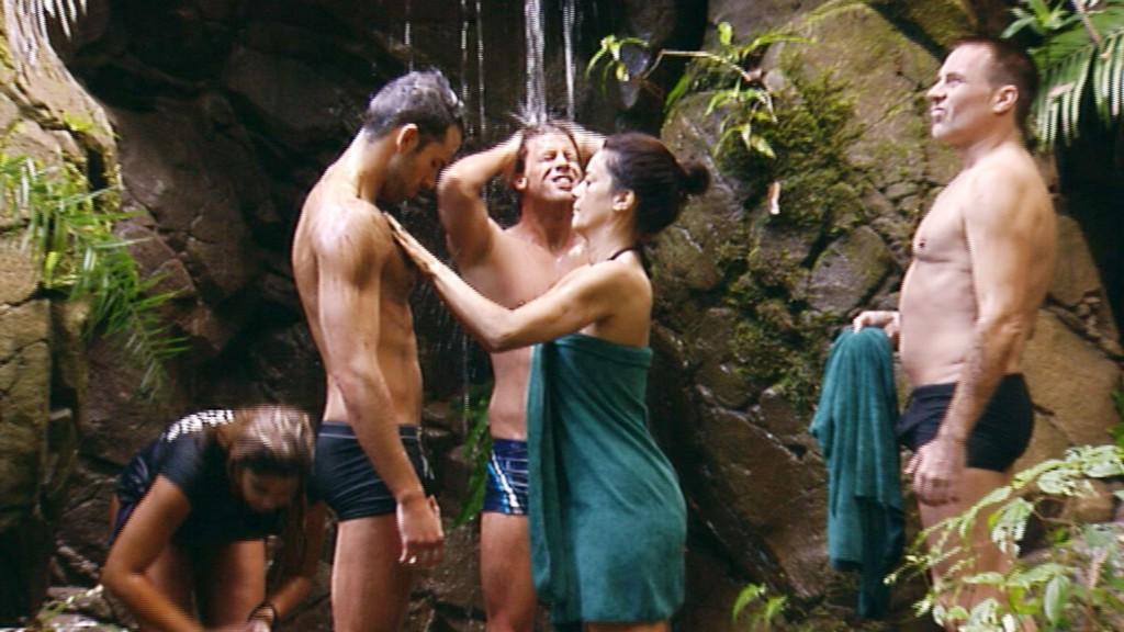 Indira Weis, Jay Khan, Thomas Rupprath, Gitta Saxx und Froonck Matthée (v.li.) duschen unter dem Wasserfall.