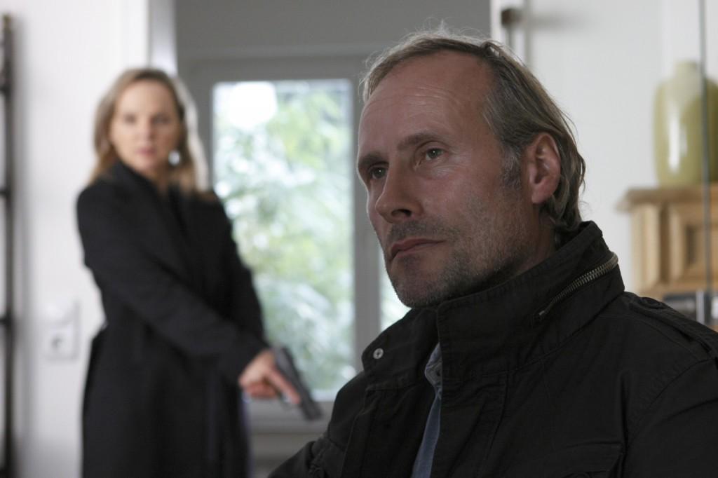 Karin Reuter (Sissy Höfferer) stellt Anro Ritter (Wolfram Koch) zur Rede