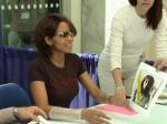 Halle Berry gibt Autogramme
