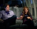 Robbie (Billy Ray Cyrus) begleitet seine Tochter Miley (Miley Cyrus) auf dem Flug nach Paris
