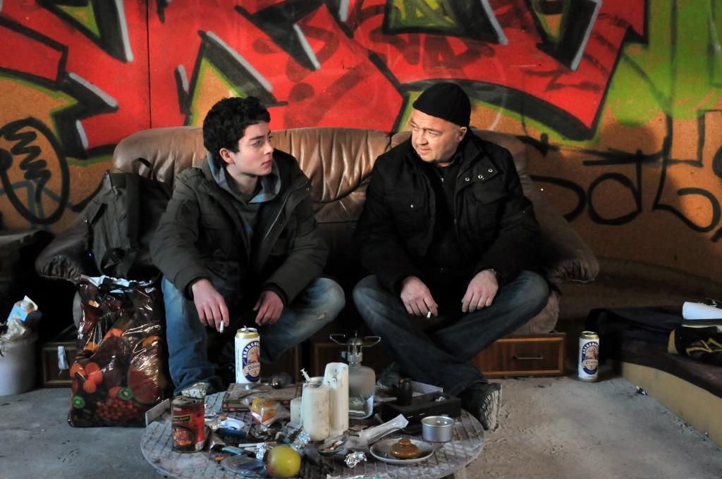 Otto Garber (Florian Martens, r.) versucht das Vertrauen des jungen Ausreißer Noah Grawert (Max Hegewald, l.) mit einem Gespräch von Mann zu Mann zu gewinnen.