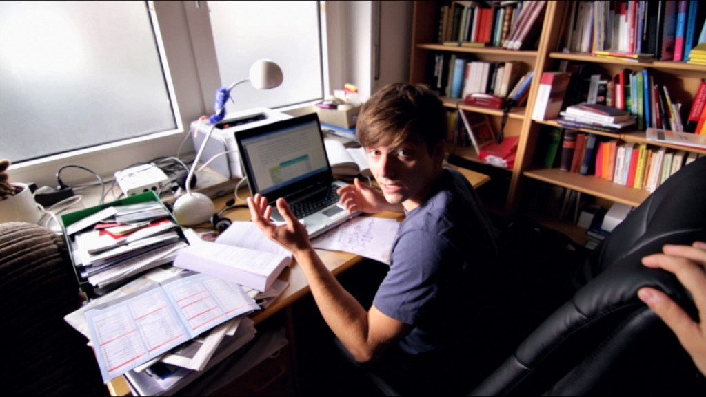 Lutz (Adrian Thomser) ist genervt von Pixels Liebeskummer
