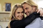 Michael (Erich Altenkopf, r.) fällt aus allen Wolken, als seine Tochter Debbie (Lea Marlen Woitack, l.) unerwartet vor ihm steht.