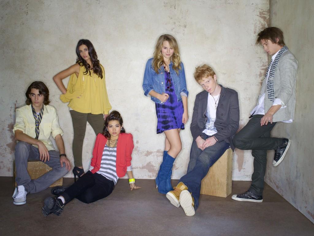 (V.li.:) Die High School Schüler Charlie (Blake Michael), Mo (Naomi Scott), Stella (Hayley Kiyoko), Olivia (Bridget Mendler), Wen (Adam Hicks) und Scott (Nick Roux) gründen die Band