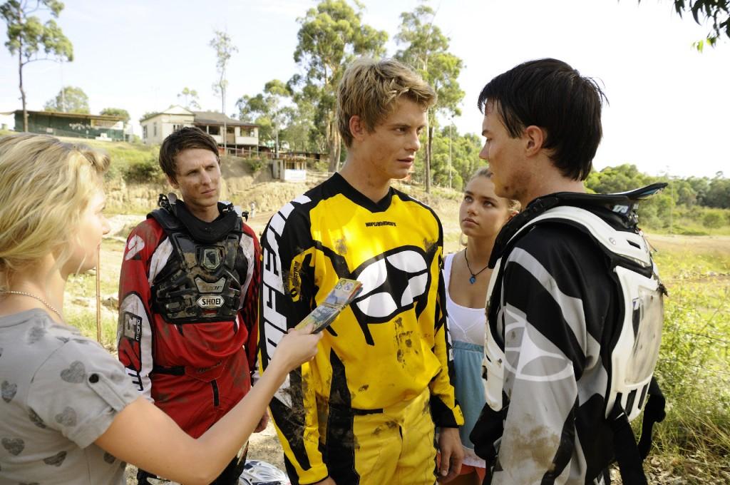 Will (mi. vo., Luke Mitchell) und Zane (re. vo., Burgess Abernethy) geraten aneinander.