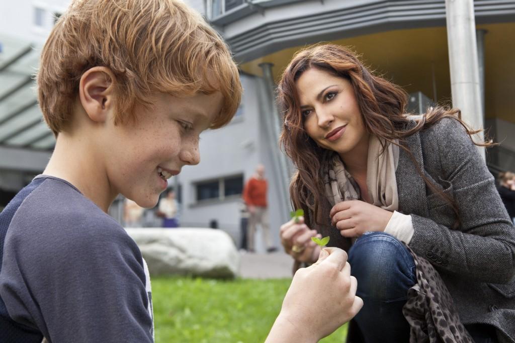 Katja Baumann (Simone Thomalla) erklärt dem kleinen Tim (Jonas Holdenrieder), dass auch dreiblättrige Kleeblätter Glück bringen.