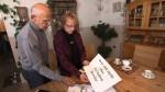 Marion Churchfield zeigt Günter Wallraff anonyme Aushänge