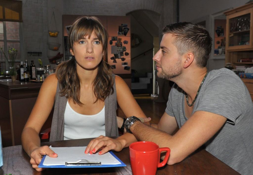 John (Felix v. Jascheroff) merkt, dass Pia (Isabell Horn) Zweifel hat, ob sie die Beerdigung von Verena richtig vorbereitet hat.