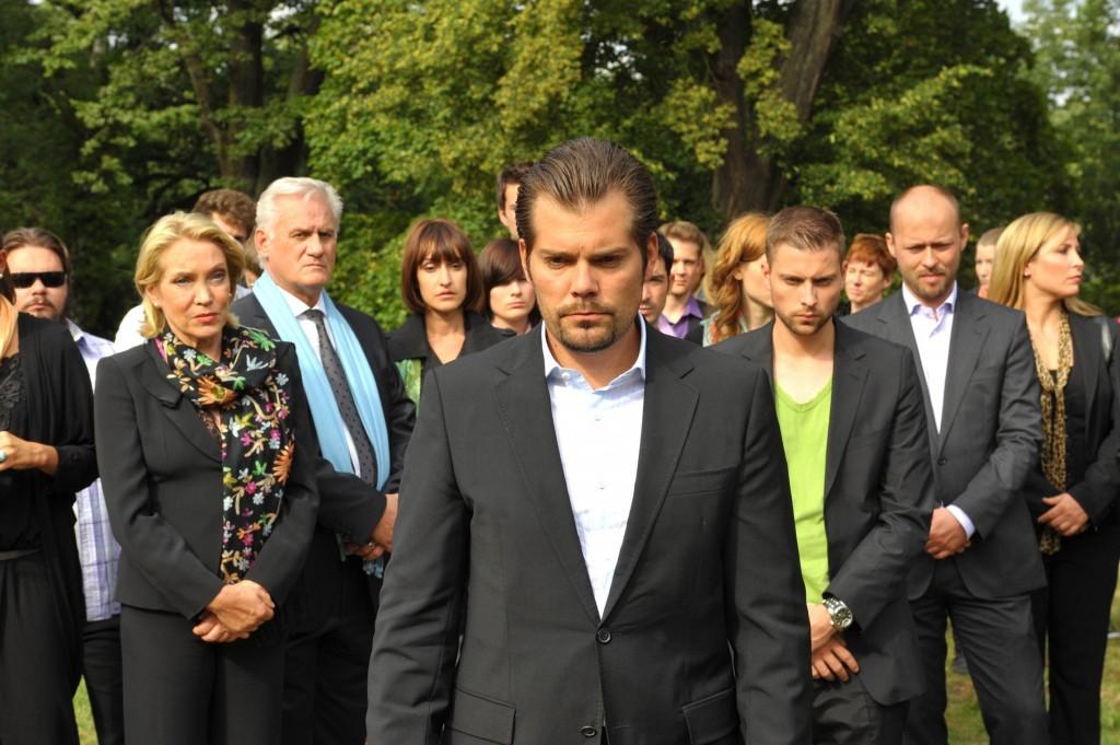 Leon (Daniel Fehlow) und die Freunde nehmen Abschied von Verena.