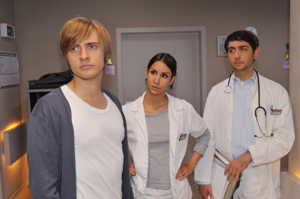 Philip (Jörn Schlönvoigt, li.) erklärt Ayla (Sila Sahin) und Kaan (Sinan Al Kuri) dass er seinen Traum, ein großer Mediziner zu werden, aufgibt.