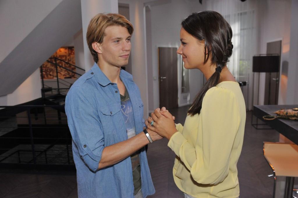 Dominik (Raul Richter) hat Murat indentifiziert. Gegenüber Jasmin (Janina Uhse) fällt alle Anspannung von ihm ab und sein Körper verrät, dass er bei der Gegenüberstellung unter Drogen stand.