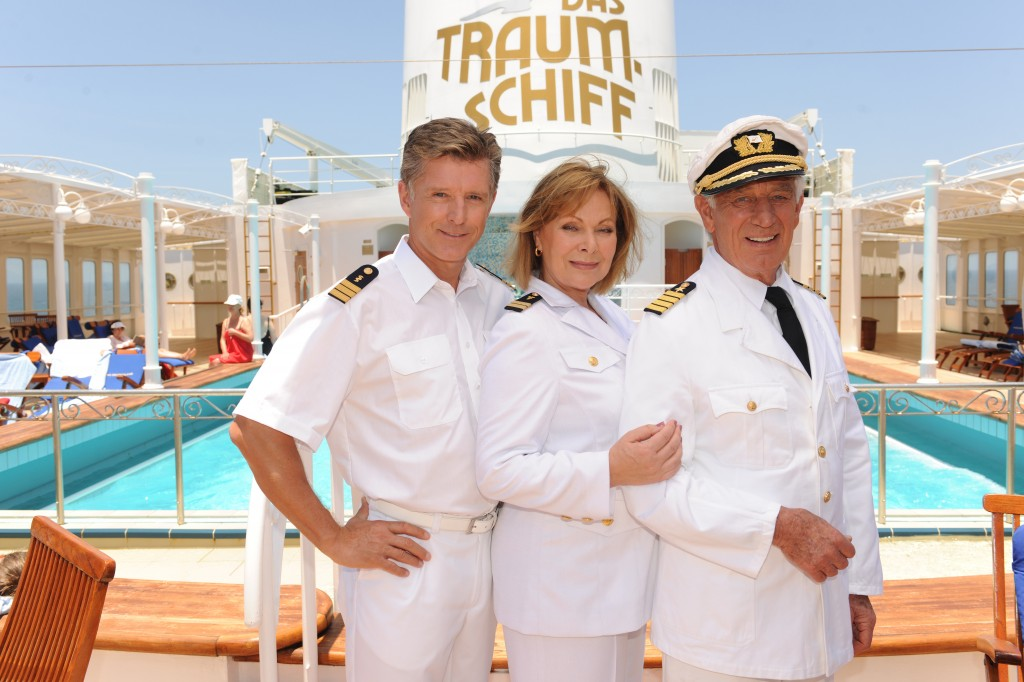 Heide Keller (mi.) und Siegfried Rauch (re.) mit ihrem neuen Crewmitglied Nick Wilder (li.)