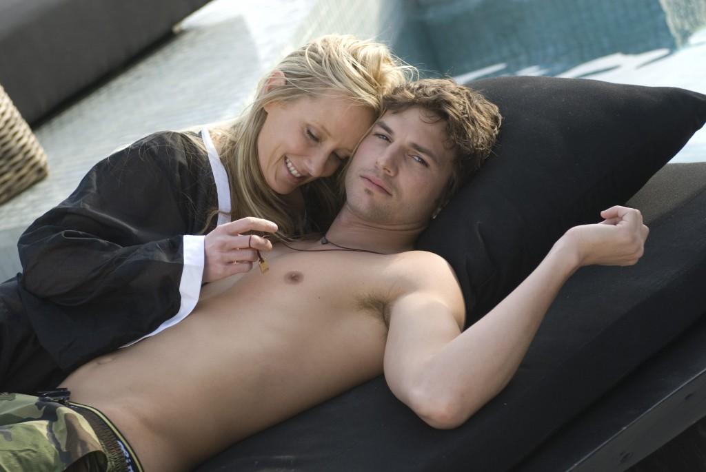Nikki (Ashton Kutcher) und die reiche Anwältin Samantha (Anne Heche)