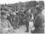 Ostdeutsche Soldaten riegeln in der Nähe des Brandenburger Tores die Sektorengrenze ab.