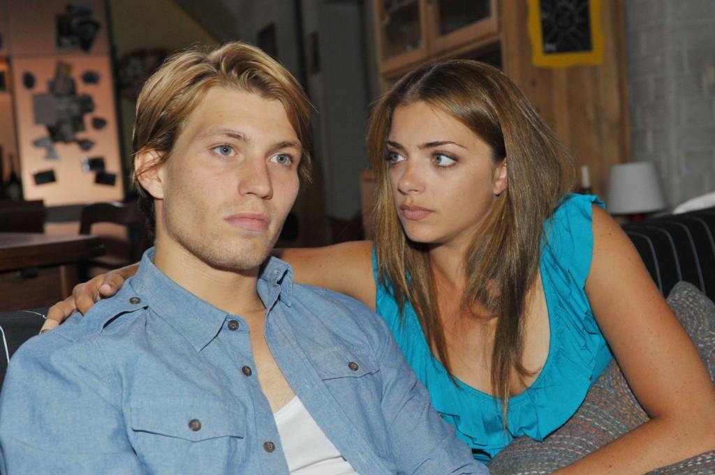 Nach dem Streit mit Gerner sucht Dominik (Raul Richter) Zuflucht bei Emily (Anne Menden).