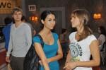 Philip (Jörn Schlönvoigt) kann seine Schuldgefühle vor Ayla (Sila Sahin, Mi.) und Pia (Isabell Horn) nicht verbergen.