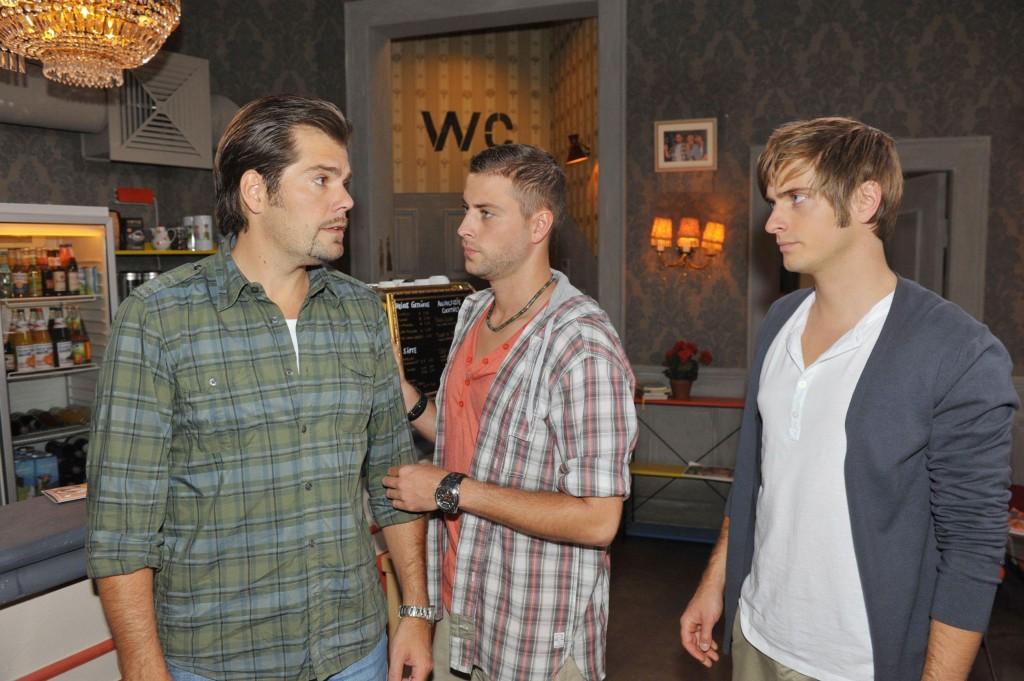 Leon (Daniel Fehlow, li.) John (Felix v. Jascheroff, Mi.) und Philip (Jörn Schlönvoigt) wollen den Unfallhergang nachstellen.