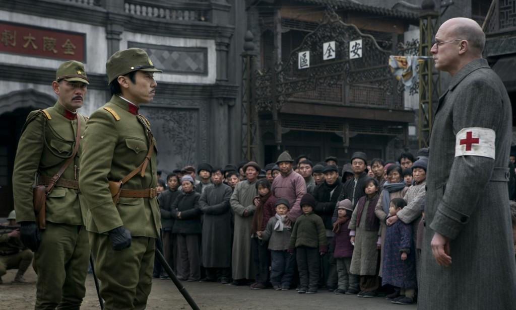 Vor den Toren der Sicherheitszone kommt es zu einer offenen Konfrontation, in der John Rabe (Ulrich Tukur, r.) und hunderte Chinesen sich Prinz Asaka und seinen Offizieren in den Weg stellen, um die bevorstehende Räumung der Zone zu verhindern.