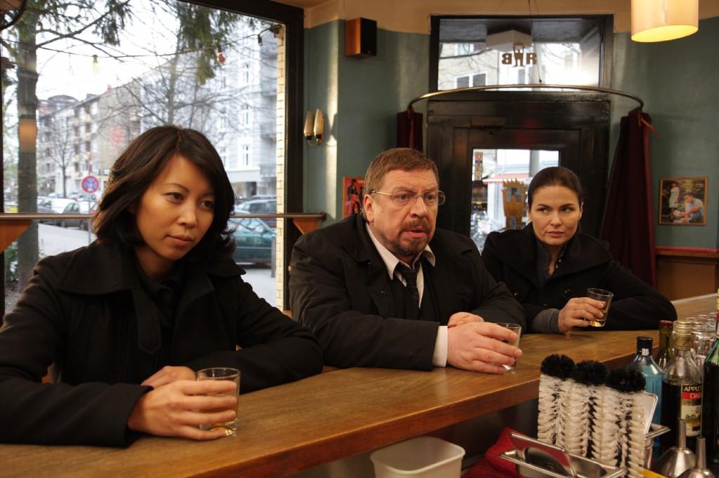 Die Nachtschicht: Mimi Hu (Minh-Khai Phan-Thi, l.), Erich Bo Erichsen (Armin Rohde, m.) und Lisa Brenner (Barbara Auer, r.) trinken auf ihren verstorbenen Kollegen Teddy.