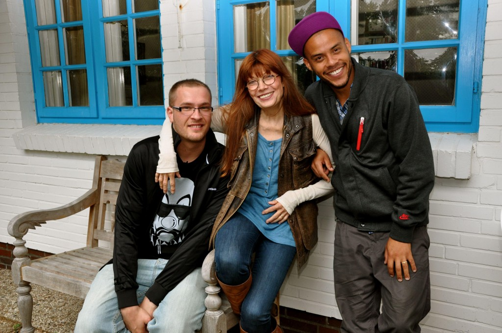 Rapper JokA (l.), Katja Ebstein und Host Dennis Lisk aka Denyo.