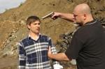 Patrick (Björn Harras, li.) wird von Linostramis Handlanger Abbas Dschugaschwilli (Reinhard Lenza) bedroht.