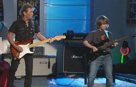 Peter Maffay spielt Gitarre