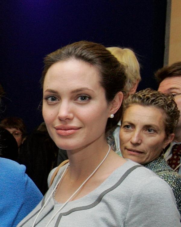 Angelina Jolie kommt mit Internetseite Amazon nicht zurecht - Promi Klatsch und Tratsch