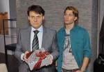 Gerner (Wolfgang Bahro, li.) will vor Dominik (Raul Richter) nicht zugeben, dass Katrin vielleicht im Recht ist.