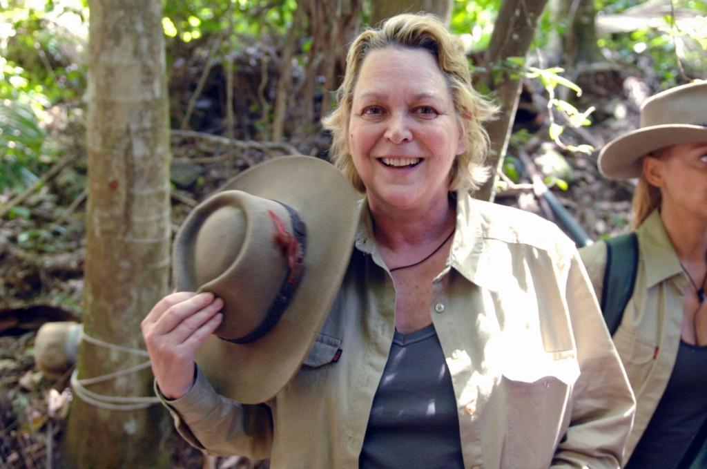 Ramona Leiß auf dem Weg vom Hubschrauber zum Camp