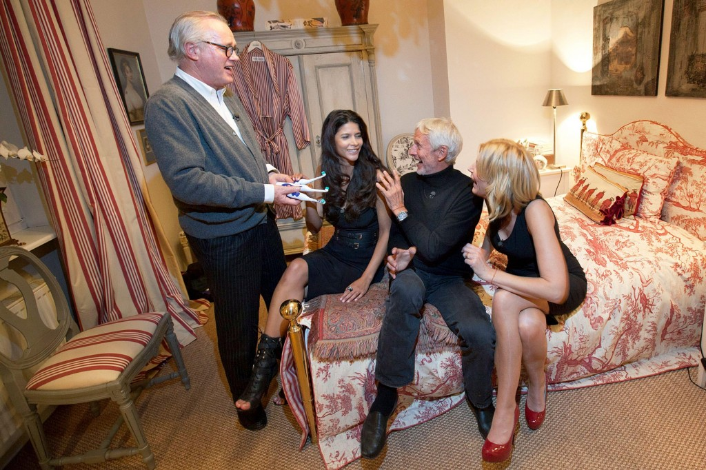 Gastgeber Reimer Claussen (l.) verteilt an seine Gäste Micaela Schäfer (M.), Mathieu Carriere und Miriam Pede die elektrischen Zahnbürsten
