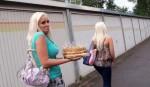 Daniela Katzenberger mit Kuchen