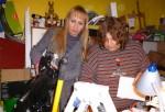 Die Messie-Therapeutin Sabina Hankel-Hirtz (li.) ist gekommen, um Manuela zu unterstützen.