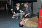 Patrick (Björn Harras, li.) erklärt Dominik (Raul Richter), dass er Carstensen (Kai Holzapfel, lieg.) für einen Einbrecher gehalten hat