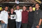 Die Kochprofis Mike Süsser (li.), Frank Oehler (3.v.li.) und Andi Schweiger zusammen mit der Crew des Restaurant TAM Beizli: Michael (3.v.re., Koch Daniel, 2.v.re. und Alexandra)