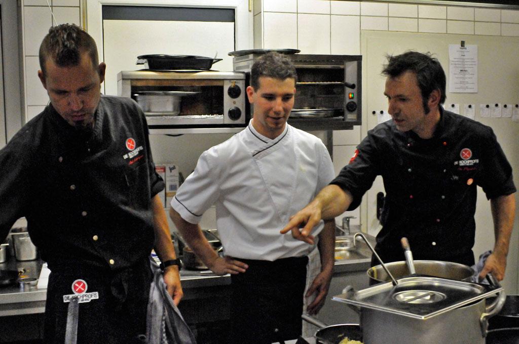 Die Kochprofis – Einsatz am Herd v.li:Andi Schweiger, Koch Dennis, Ole Plogstedt