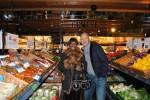 Frank Rosin (r.) begleitet Barbara Saltman (l.) beim Einkauf der Zutaten und gibt ihr wichtige Tipps.