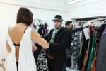 Modedesigner Kay Rainer beim Fitting mit einer Kandidatin.