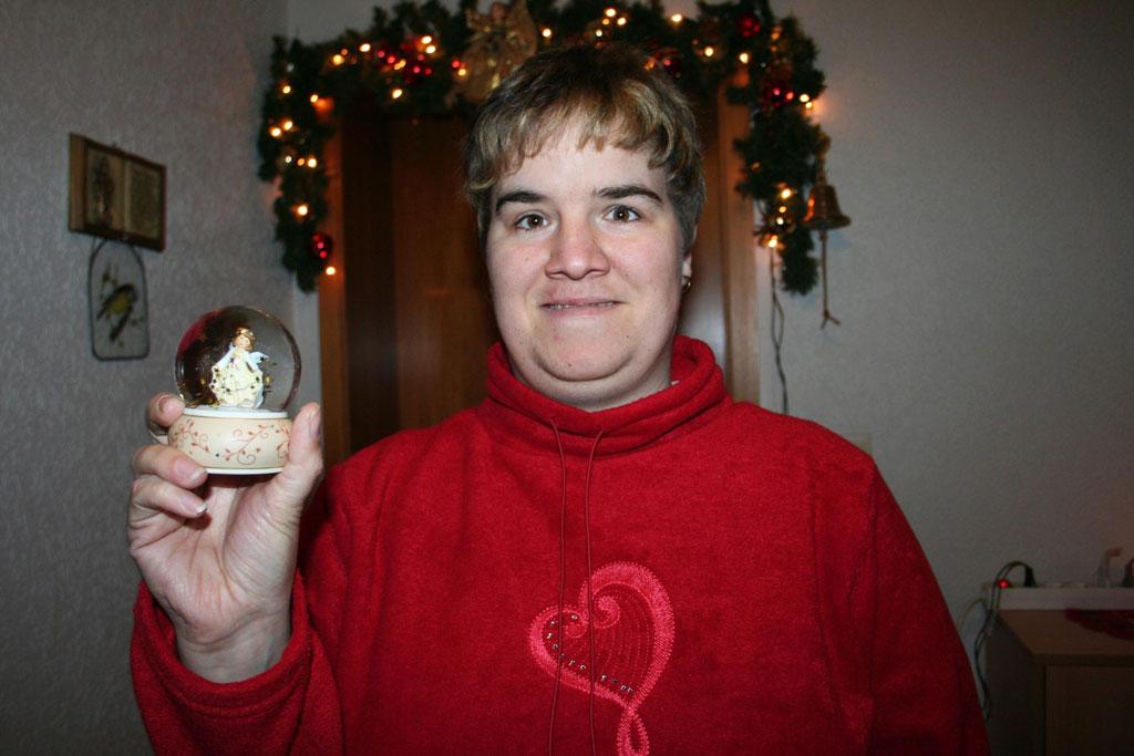 Schwiegertochter mit Schneekugel in der Hand