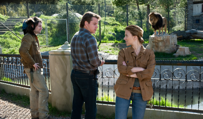 Robin Jones (Patrick Fugit), Benjamin Mee (Matt Damon) und Kelly Foster (Scarlett Johansson)