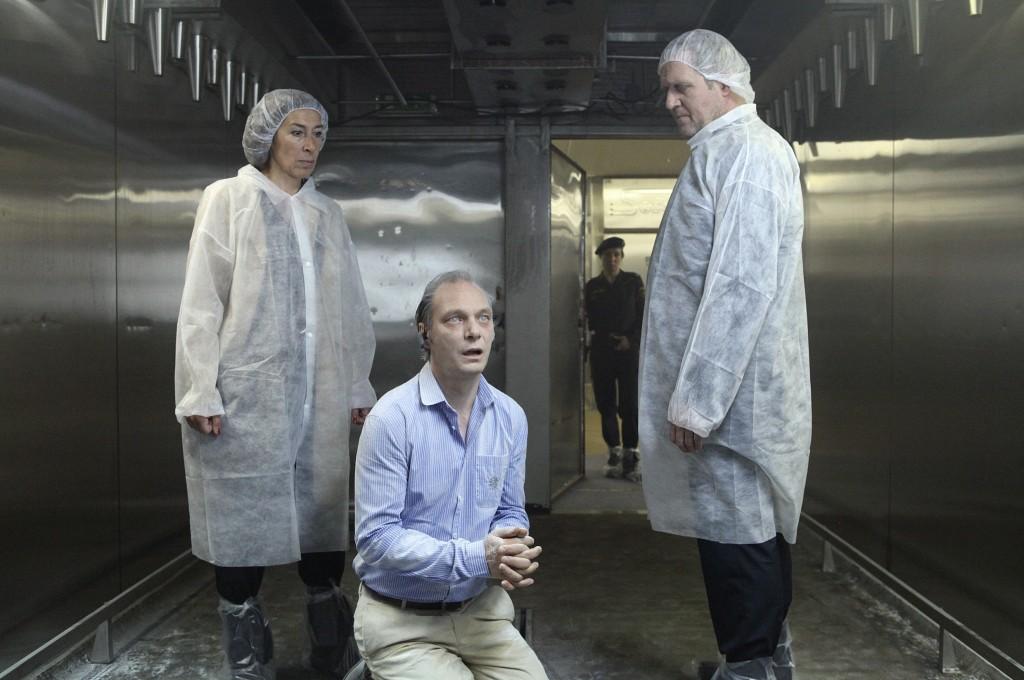 Moritz Eisner (Harald Krassnitzer, r.) und Bibi Fellner (Adele Neuhauser) finden den steif gefrorenen Fleischgroßhändler Müller (Martin Brambach) in einer seiner Gefrierkammern.