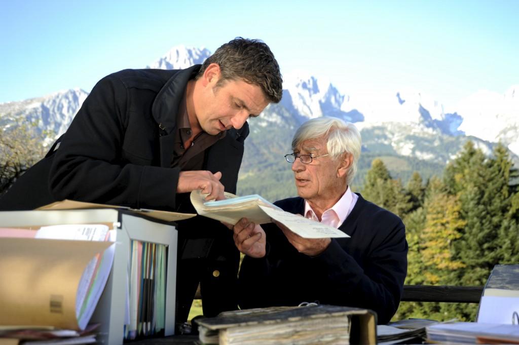 Roman (Siegfried Rauch, r.) erinnert sich an die Mutter von Martins (Hans Sigl, l.) Patienten Leon